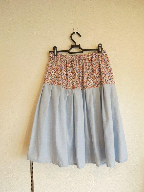 ふんわりとした2段ティアードスカートを作りました。小花のリバティと、肌触りのいい水色のダンガリーを使用しています。可愛いけれど甘すぎないので、Tシャツと一緒に... ハンドメイド、手作り、手仕事品の通販・販売・購入ならCreema。