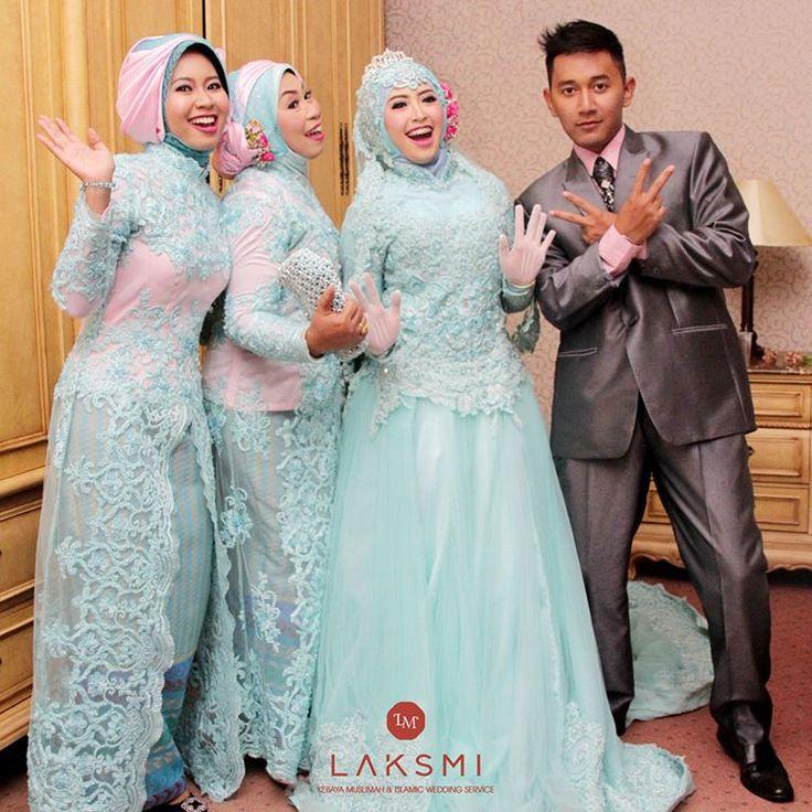 Seru yaa foto bersama keluarga dengan gaya bebas seperti ini Menunjukkan kebahagiaan terlepas bukan cuma milik pengantin saja, namun aura kebahagiaan juga tertular pada keluarga yang lain