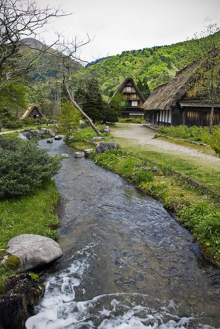 A river runs through it, Shirakawa-gō / Japan (by GluehweinEffects).
