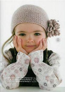 berretto con fiore 213x300 Cappellino a maglia con un fiore alluncinetto