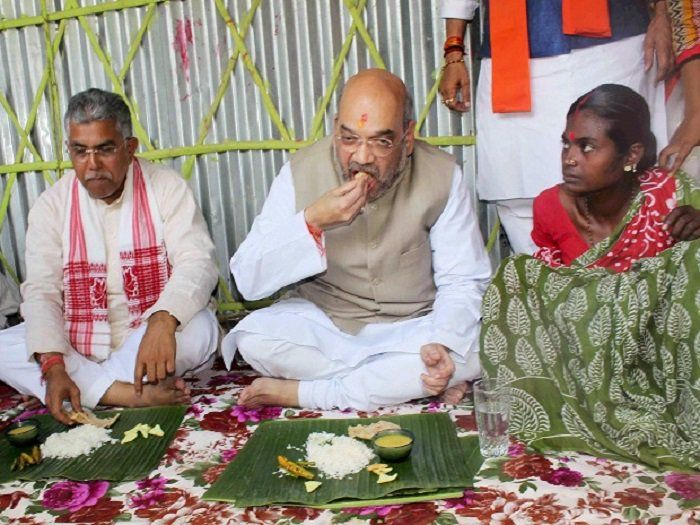 SILIGUR: BJP National President Amit Shah's visit to West Bengal was  highlighted in media, especially because of a house he stopped at. A Mahali tribe in Naxalbari offered lunch to Amit Shah on Wednesday last week. Now, seven days later, the Mahali couple joined TMC.   #Amit Shah #khabarsamay #Naxalbari #Raju Mahali #SIliguri #Siliguri News #TMC #Today Siliguri News