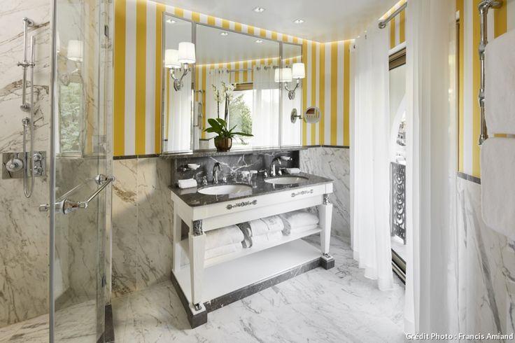 À L'hôtel Negresco, à Nice, les salles de bains sont à la fois classiques et modernes grâces aux touches de couleurs. Les papiers peints ont été imprimés par la maison Vescom. Les rayures représentent le côté classique et l'esprit bord de mer du palace.