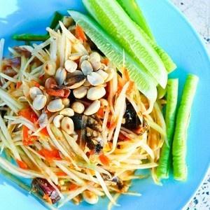 Салат из зеленой папайи  Папайю (или 2 зеленых манго) нарезать тонкими ломтиками. Выжать сок из 2 лаймов и смешать его в миске с рыбным соусом и сахаром (добиться полного растворения сахара). Добавить в соус ломтики папайи и измельченный перец чили. Оставить на 20 минут. Выложить на блюдо и посыпать несоленым арахисом и измельченной кинзой. Подавать салат с жареным мясом или рыбой.