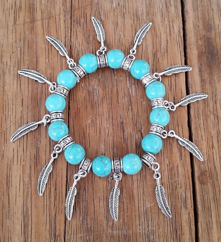 PULSEIRA TURQUESA BOHO CHIC - silicone <br>Linda pulseira com Pedras Turquesa,, com destaque nos pingentes de pena em metal prateado.