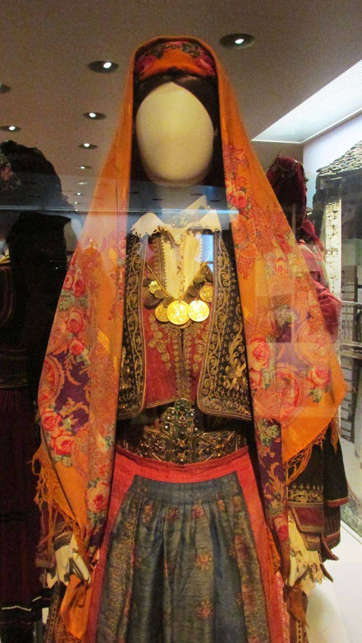 Παραδοσιακή γυναικεία φορεσιά απο τη Θάσο./(Λαογραφικό και Εθνολογικό Μουσείο Μακεδονίας - Θράκης)