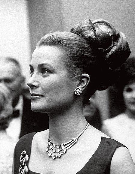 Grace Patricia Kelly, foi uma premiada atriz norte-americana, vencedora do Oscar na categoria Melhor Atriz e, após seu casamento com Rainier III, príncipe-soberano de Mônaco, tornou-se a princesa de Mônaco, sendo conhecida também como Princesa Grace de Mônaco.