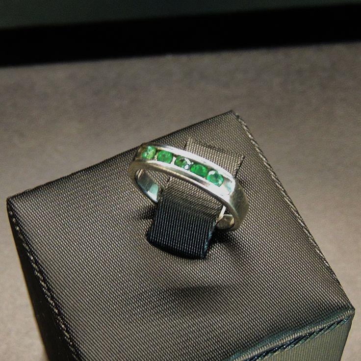 Anillo en plata 950, con 5 esmeraldas redondas en un carril (Talla 6 ½). RES015 Precio COP $995.000 Contactanos www.makla.co. Ring / Colombian Emeralds / Sterling Silver