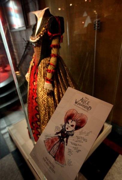 Helena Bonham Carter, esposa de Tim Burton, no podía faltar en el filme y ahí utilizó este vestido para darle vida a la Reina de corazones.