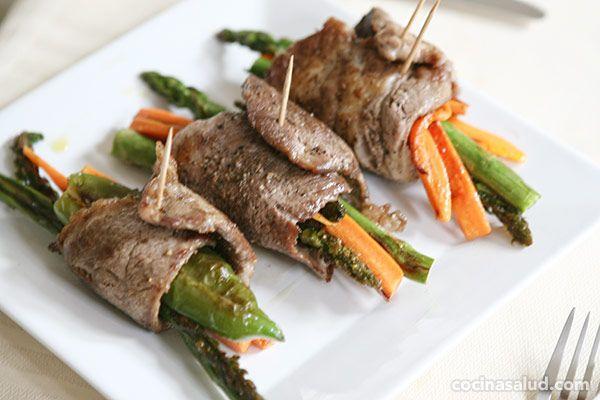 Una manera diferente de presentar el plato de carne y verduras es en forma de rollitos, es fácil de hacer y resulta atractivo. Ingredientes para cuatro personas: 8 filetes de carne a elegir (cerdo, ternera, pollo, pavo, etc.) 2 zanahorias grandes 1 manojo de espárragos naturales 1 pimiento verde o [...]