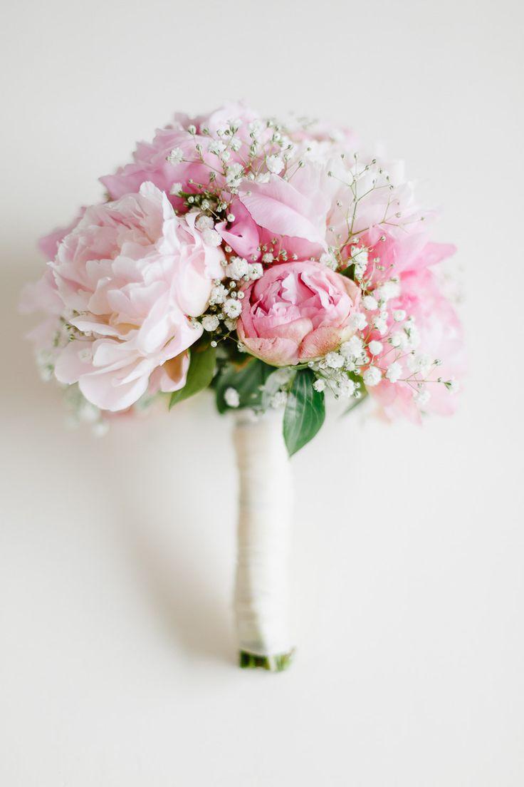 Brautstrauß aus rosafarbenen Pfingstrosen und Schleierkraut bei www.weddingstyle.de  Foto: Irina und Chris Wegelin