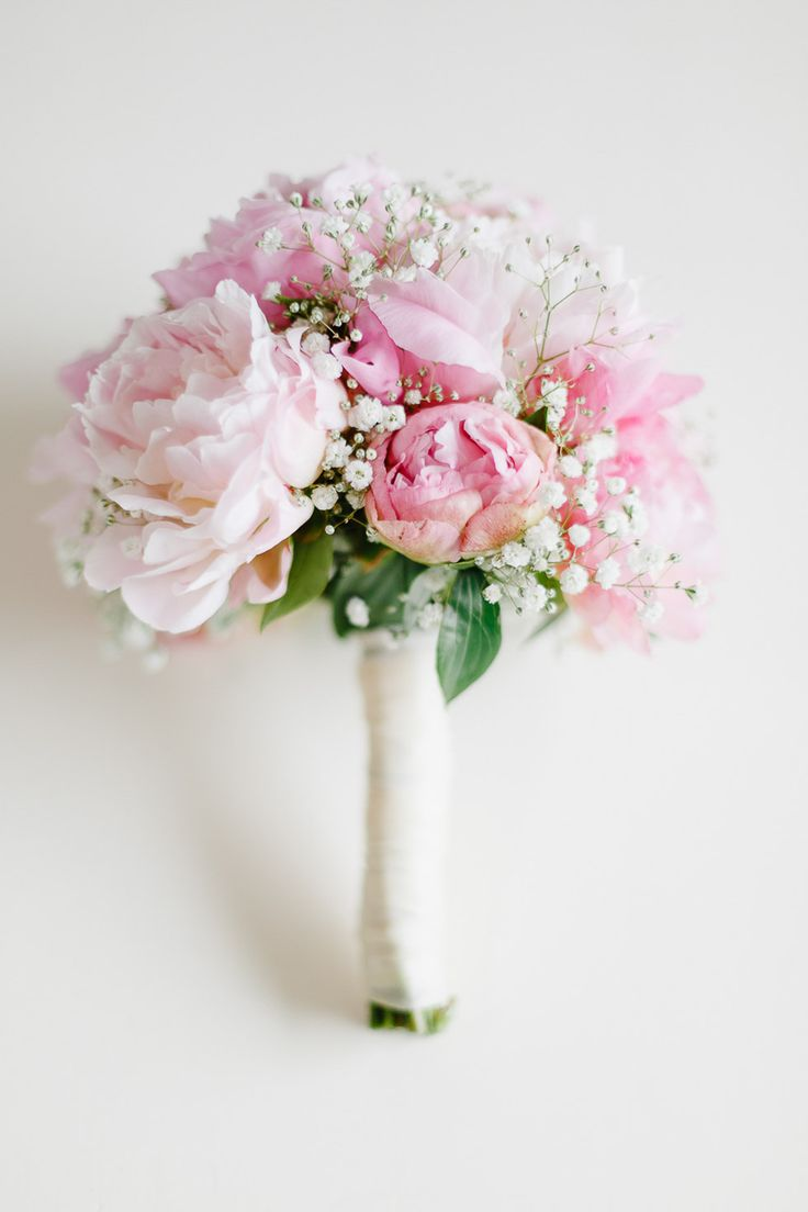 bridal bouquet with peonies and baby's breath – Brautstrauß mit Pfingstrosen und Schleierkraut