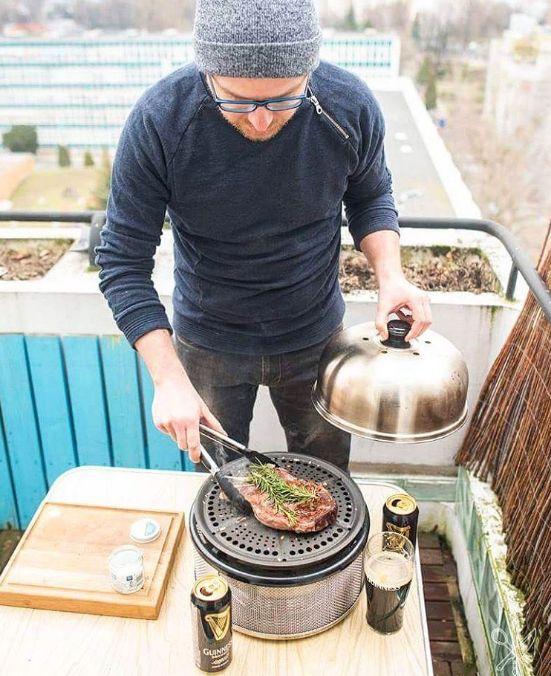 Ook op een balkon kun je in de winter prima barbecueën!