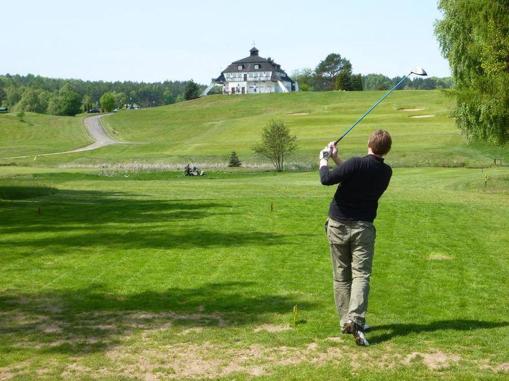 [1/4] Województwo zachodniopomorskie to znakomite pola golfowe, odwiedzane przez graczy z całego świata. Ten wyjątkowy sposób spędzenia wolnego czasu zyskuje coraz więcej zwolenników. To okazja do spotkań towarzyskich i biznesowych w wyjątkowej scenerii zielonych, pagórkowatych terenów, na które zapraszamy zarówno profesjonalistów jak i początkujących zawodników.