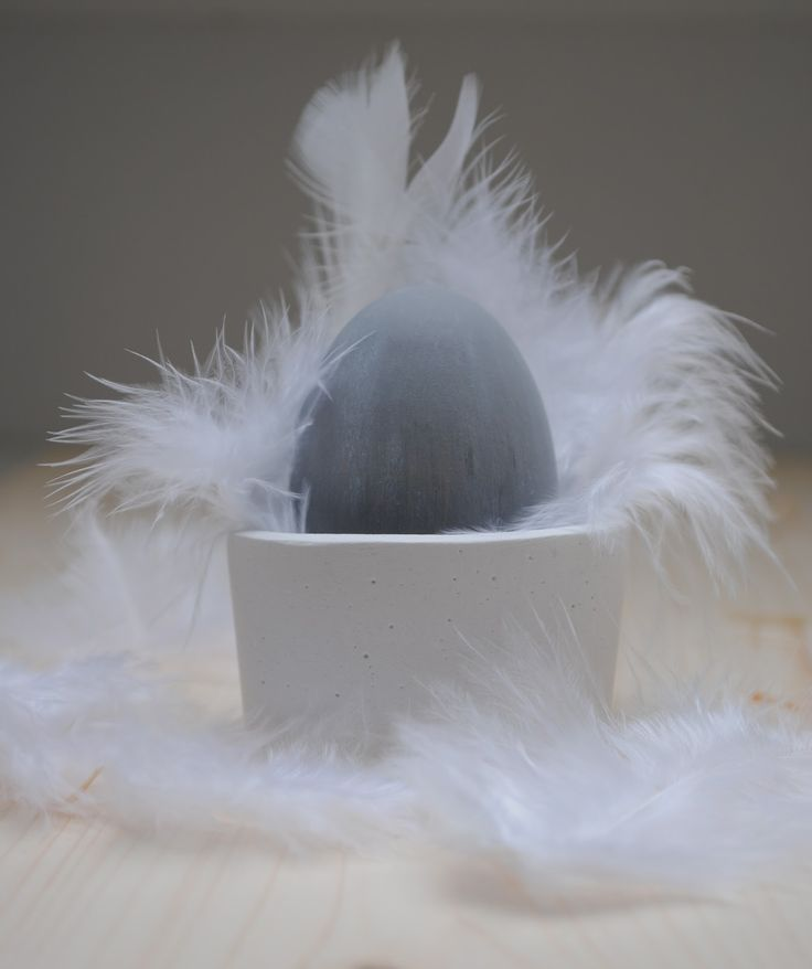 little cement egg cup with white feathers | Easter . Ostern . Pâques | Design: miniKUNST |