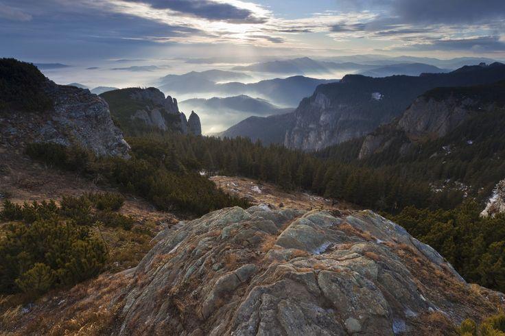 Muntele Ceahlau este cel mai renumit si mai impresionant masiv din partea centrala a Carpatilor Orientali, fiind unul dintre putinele complexe carpatine care mai pastreaza inca esantioane nealterate ale naturii. In plus, Ceahlaul este unul din cei mai bogati munti in legenda si mitologie. Aici o poti intalni pe Baba Dochia, pe