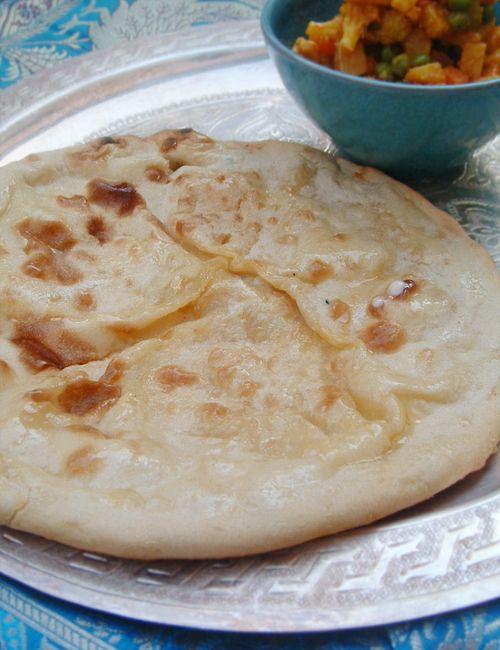 Naan fromage (recette indienne)  Attention, il faut un four très chaud, sinon ça gonfle pas :( Idem a la poêle, mais ,plus de risque que ça crame...