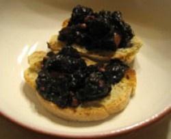 Un piatto semplicissimo da proporre a scelta come antipasto sotto forma di crostini oppure come primo o secondo piatto. Attenzione solo al tempo: la cottura del polpo ne richiede parecchio.
