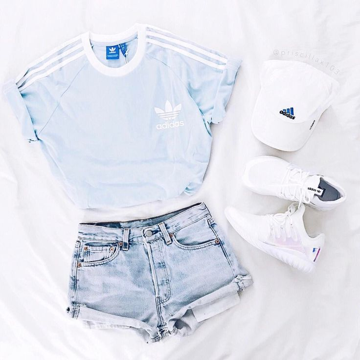 Light-blue t-shirt, jeans, adidas hat and white shoes Ho l'outfit per l'estate#summeroutfit
