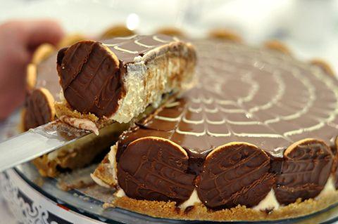 Veja como fazer essa torta holandesa fácil e bem cremosa com cobertura de chocolate e decoração de confeitaria.