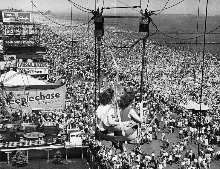 A Coney Island, 1957 Due ragazze su un'attrazione nel parco divertimenti di Coney Island, nel borough di Brooklyn a New York, nel luglio del 1957. (AP Photo)