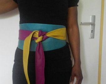 Este cinturón es de 103 pulgadas (262 cm) de largo y 5 pulgadas (13 cm) ancho en el centro. Los bordes están bien pegados (no separe lo!) con un pegamento especial cuero dando el cinturón de un parecer buscar en el exterior. Cuero suave, color sangre de buey. Si desea comprobar si la correa se le caben, corta una cinta larga de 100 pulgadas o un cable y lazo alrededor de su cintura, si consigues un buen empate entonces el cinturón le cabrá. Cuánto llegas a la parte delantera la gota depende…