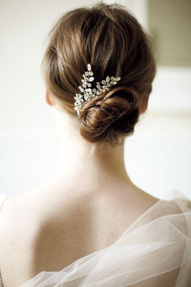波打つシニヨンヘアが柔らかなドレスに美しく映えてヴォーグ発エアリーヘアカタログ