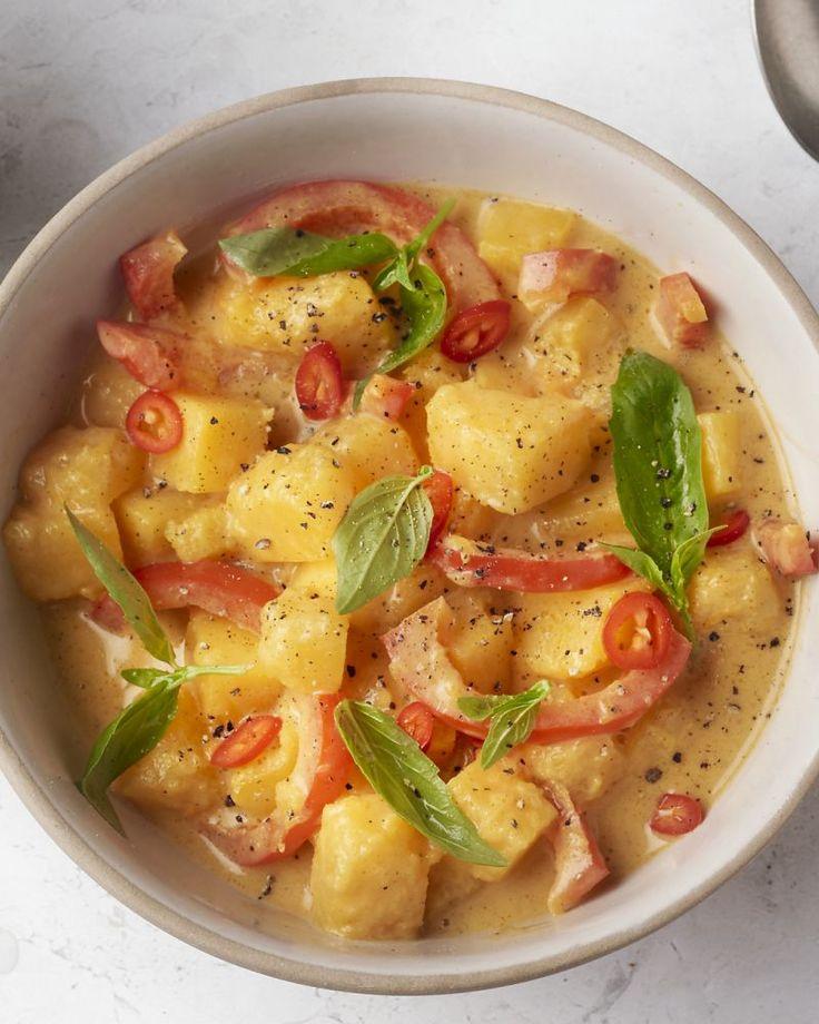 Een heerlijke vegetarische panang curry met blokjes pompoen in een kokossoepje. Samen met een kommetje dampende jasmijnrijst erbij, is dit heerlijk comfort food