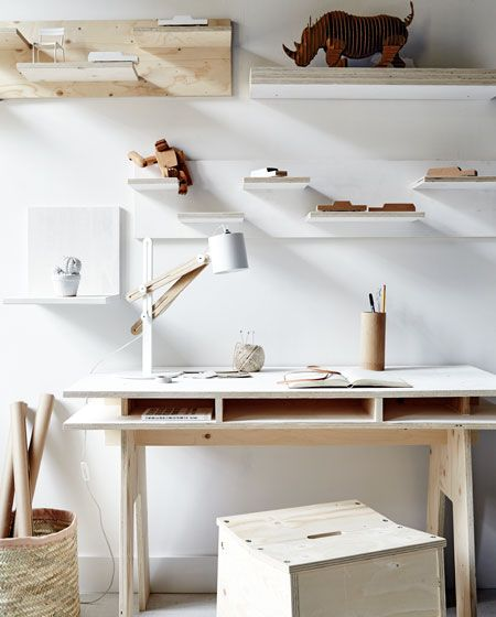 Witte studeerkamer met houten bureau, planken en accessoires | White closet with wooden desk, shelves and accessories | vtwonen