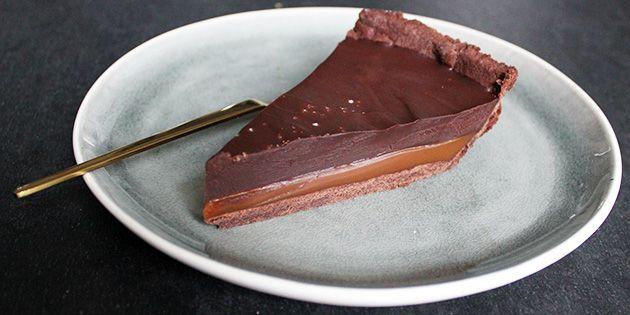 Wow for en tærte! Fløjlsblød chokoladefyld og dejlig karamel samt en sprød tærtebund.