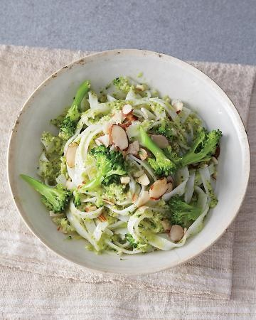 Rice noodles with broccoli and almonds- sounds like a yummy lunch to