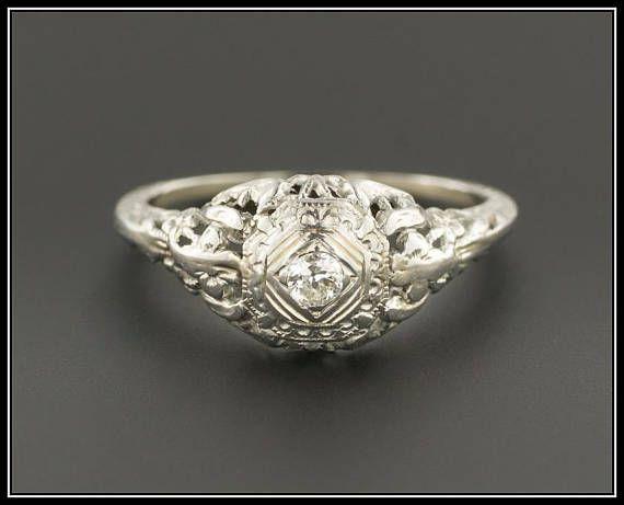 Un anillo de compromiso excepcional de la época Art Deco (circa 1920-1930). Este anillo hermoso cuenta con un montaje elegante filigrana hecho a mano de oro blanco de 18 k. El diamante es un quilate 0,057 moderno redondo piedra brillante de color G-H claridad VS2. El anillo tiene un 5,5 mm elevarse por encima de los dedos. Actualmente es un tamaño de 5.75 y en muy buen estado. El anillo puede ser re-tamaño libre de cargo. Tenemos muchas otras ofertas fantásticas de período joyería fina…