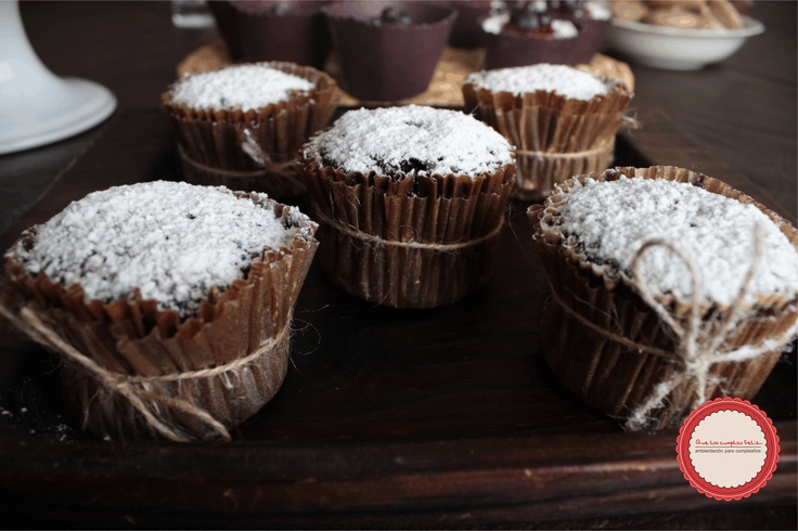 Cupcake de chocolate con cubierta de azúcar glass