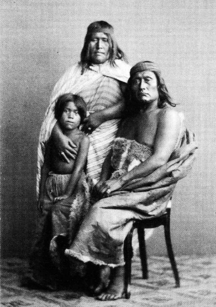 fotos 1878 Los Tehuelches Luis, Batzinka y Pikshoshe son llevados en 1878, desde Punta Arenas, Chile, hasta Hamburgo y Dresden para ser exhibidos en los circos