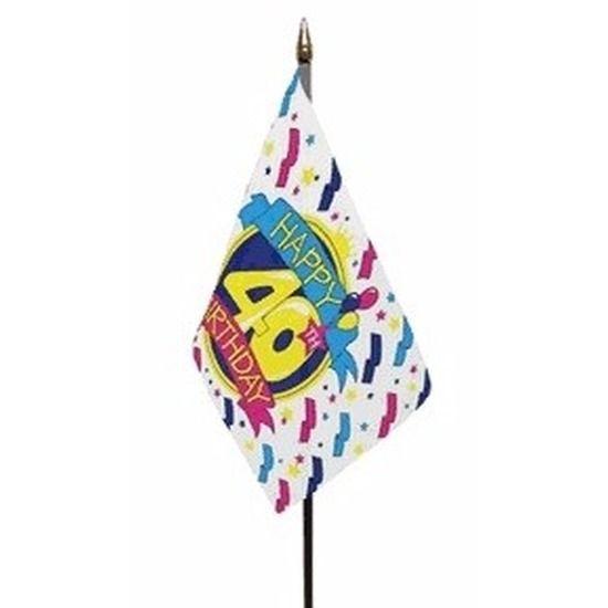 Happy 40th Birthday vlaggetje op kunststof stokje. Het polyester vlaggetje is ongeveer 15 x 10 cm groot. De lengte van het stokje inclusief vlaggetje is ongeveer 27 cm. Er zit een gouden dopje boven de vlag op het stokje.