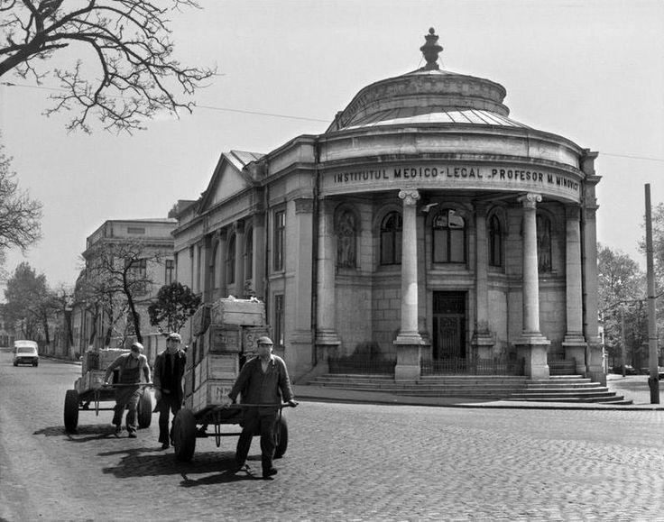 O clădire pe care mulți nu o știu: vechiul sediu al Institutului Medico-Legal (IML, ridicat pe vremea Regelui Carol I) de lângă Piața Unirii în ultima sa primăvară, 1985.