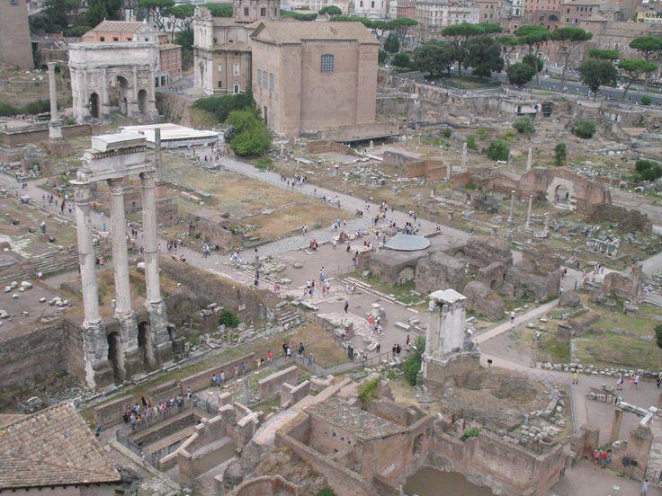 Dwars door het Forum Romanum loopt de Via Sacra. Deze oudste weg van Rome bestond uit grote platte basaltstenen en liep van de Boog van Titus omhoog de heuvel op tot de Capitolijn. Hieroverheen hielden de Romeinse legers hun triomftochten met de buitgemaakte slaven en rijkdommen. Later werd het een hangplek voor roddelaars, zakkenrollers en andere nietsnutten.