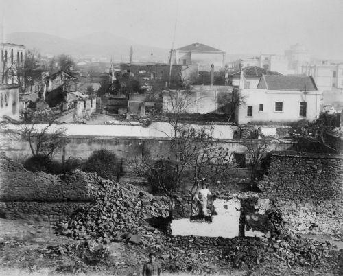 Το Αγγλικό Προξενείο στη Θεσσαλονίκη μετά την πυρκαγιά της 4ης Σεπτεμβρίου του 1890. Στο βάθος δεξιά, αχνοφαίνεται ο Λευκός Πύργος.