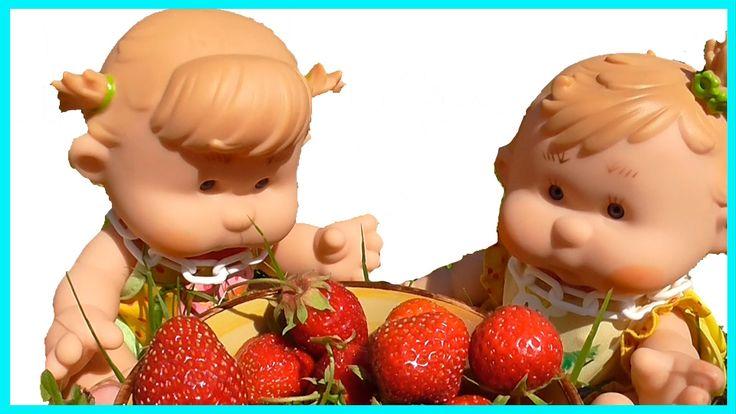 Куклы Пупсики играют и гуляют на даче едят клубнику Игрушки для девочек ...