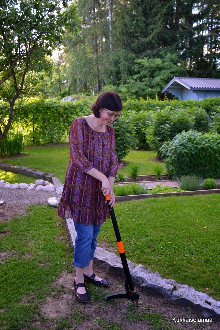 Kukkaiselämää - My flowering life : Lopetimme voikukille kumartelun