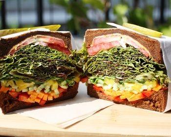 がっつり食べられるヘルシーな料理がコンセプトのキングジョージは、野菜の量が想像以上!レタスが沢山入っているので意外と軽く食べられちゃいます。