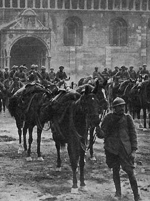 Trento cavalleria italiana in Piazza Duomo