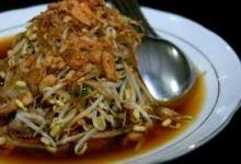Makanan unik Surabaya lainnya adalah lontong balap Surabaya. Lontong balap Surabaya disajikan lengkap dengan lauk tahu, sayur dan kuah segar.  More recipes : www.infojajan.com
