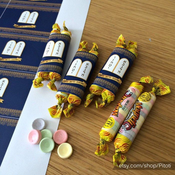 Celebrating Bar mitzvah or Bat mitzvah? Maybe upsherin? Actually these sefer torah candy wrappers could be used for any jewish holiday! All you have to do is print, cut and glue, and this cuties will be the talk of your celebration