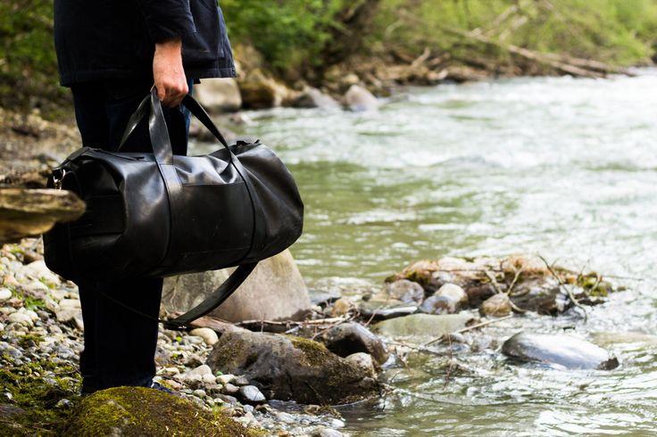 Настоящая дорожная сумка должна выполнять простые функции: быть вместительной, крепкой и красивой. Сумка от Long River именно такая. Мы не стали изобретать велосипед – все необходимое уже придумано до нас. Сумка создана по мотивам военных вещмешков, функциональных и прочных. Это настоящая traveling bag. Ручки, ремешки и мелкие детали, выполнены из кожи растительного дубления и прокрашены вручную. Кожа, из которой сделана сумка, очень толстая и качественно выделана. Она прошита крепкими…