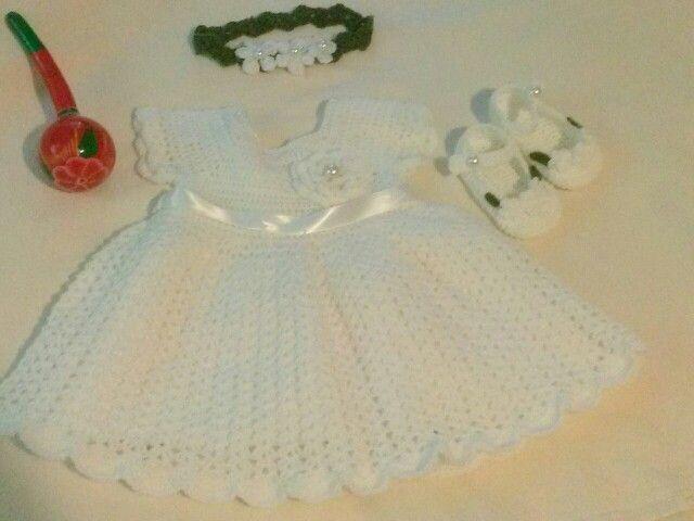 Conjunto a crochet para bebita de dos meses.