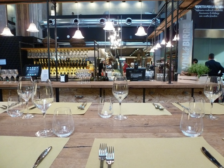 Bistrot Centrale: a long table in front the wine bar-beer bar www.lessissexy.com/bistrot-centrale-bello-buono-sostenibili/