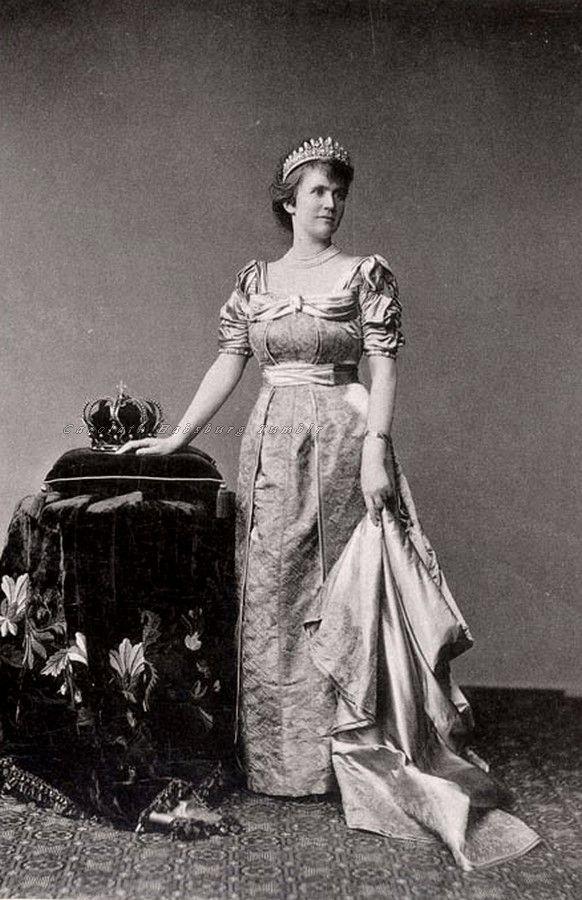 Rainha Elisabeth da Romênia, também conhecida como Carmen Sylva, seu pseudônimo artístico.