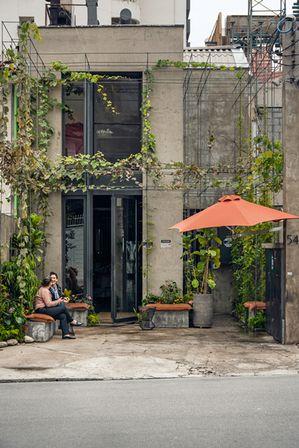 candida tabet e paola carosella na entrada do arturito, que ganhou mais verde também em sua fachada. o paisagismo é da arboreto.
