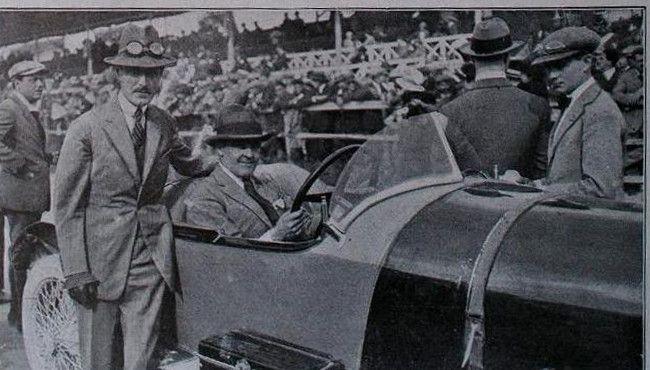 Albert Divo, guanyador del GP Penya Rhin de 1923 posant amb el representant de la casa Talbot. Circuit de Vilafranca del Penedes