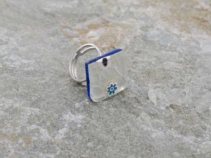 Anello in vetro di Murano, in piastra a rombo.   Base bianco ghiaccio, con murrine
